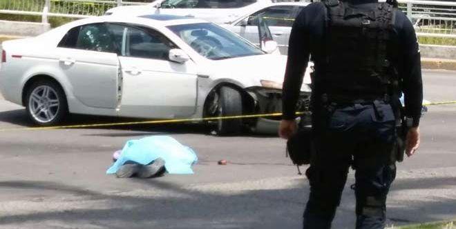 El cuerpo de Geovanny Parra Zambada quedó fuera del automóvil.