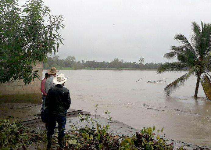 Un grupo de vecinos observa el río Motagua, el cual  amenaza con destruir viviendas cercanas en Switche Tres, Morales. (Foto Prensa Libre: Dony Stewart)