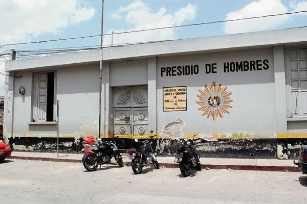 En el Centro Preventivo de hombres de Jalapa, agentes de la PNC ingresaron y controlaron a los reclusos. (Foto Prensa Libre: Hugo Oliva)