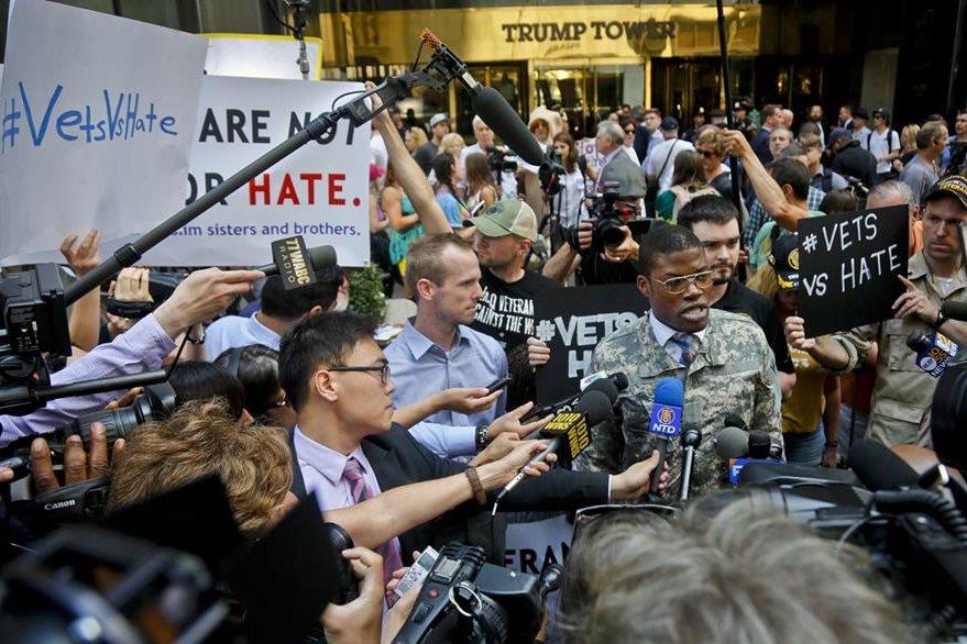 Periodistas durante una cobertura de un acto de Donald Trump. (Foto Prensa Libre: AP).