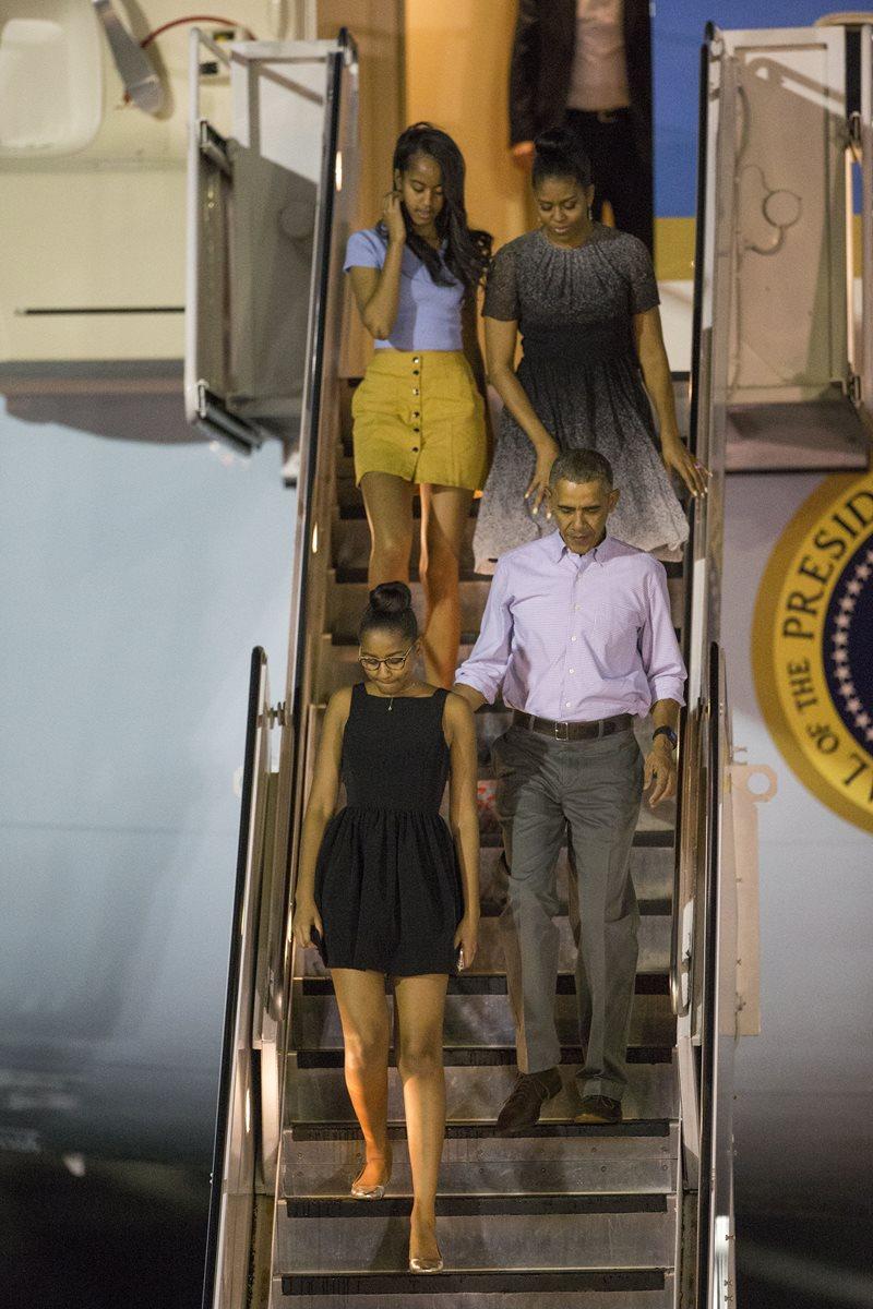 El presidente Obama, su esposa Michelle y sus hijas Malia y Sasha. (Foto Prensa Libre: AP).
