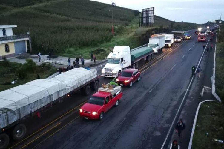 Se forman filas de vehículos por el bloqueo en la ruta Interamericana, Totonicapán (Foto Prensa Libre: Mynor Toc)
