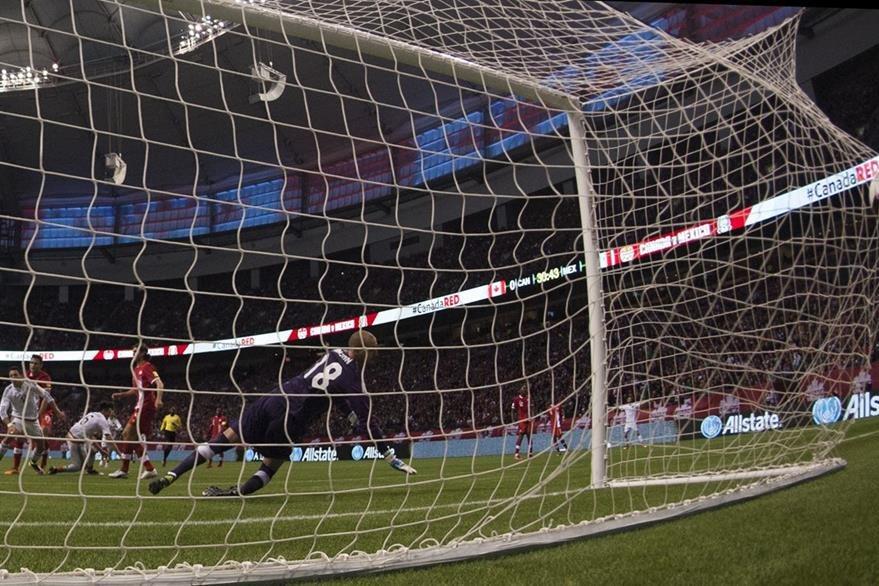 Javier Herhandez envía la pelota al fondo del arco de Canadá. Los mexicanos ganaron 3-0 y el martes serán locales contra los canadienses en el estadio Azteca. (Foto Prensa Libre: AFP)