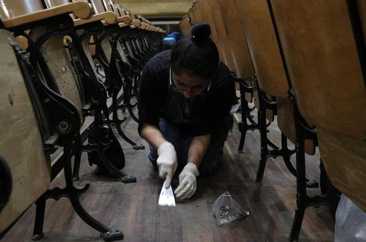 Los voluntarios también colaboraron con retirar los chicles de las butacas y del piso de madera en el interior del teatro.