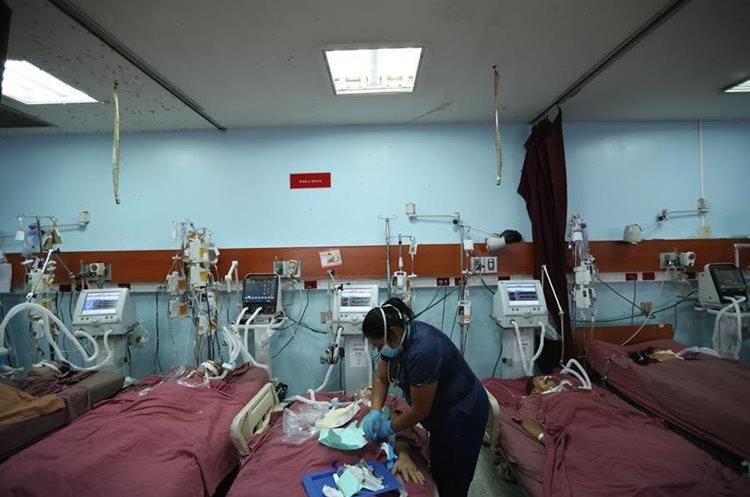 La demanda de pacientes en los hospitales supera a la capacidad de los médicos y de las instalaciones. (Foto Prensa Libre: Esbin García)