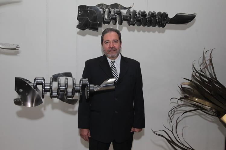 El artista visual José -Pepo- Toledo, presenta su exposición Oceánica, una serie de esculturas metálicas de peces, en la Galería del Centro, de la Fundación G&T Continental. (Foto Prensa Libre: Edwin Castro)