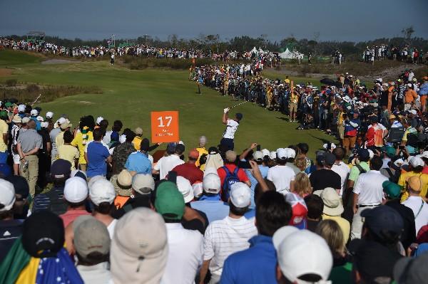 Cientos de aficionados siguieron de cerca el regreso de golf a las olimpiadas. (Foto Prensa Libre: EFE)