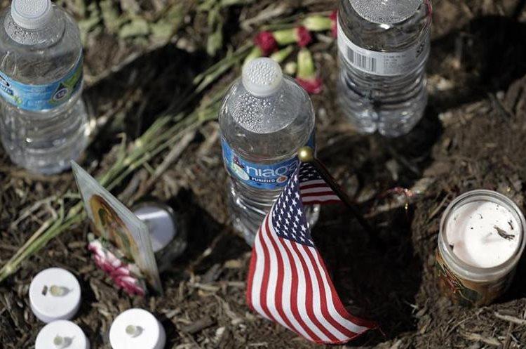 Flores y velas recuerdan a las víctimas que murieron en un camión en Texas.(AP).