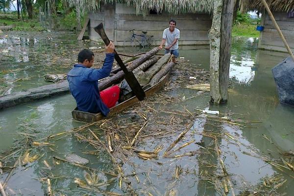 <p>Habitantes de aldea San Jorge, Ixcán, Quiché, rescatan sus pocas pertenencias por medio de un cayuco. (Foto Prensa Libre: Óscar Figueroa).</p>