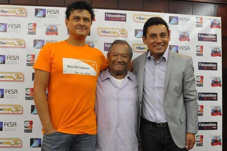 Armando Manzanero (centro) se presentará junto a su hijo Juan Pablo Manzanero y la Big Band Jazz de México, que dirigirá Ernesto Ramos. (Foto Prensa Libre: Ana Lucía Ola)