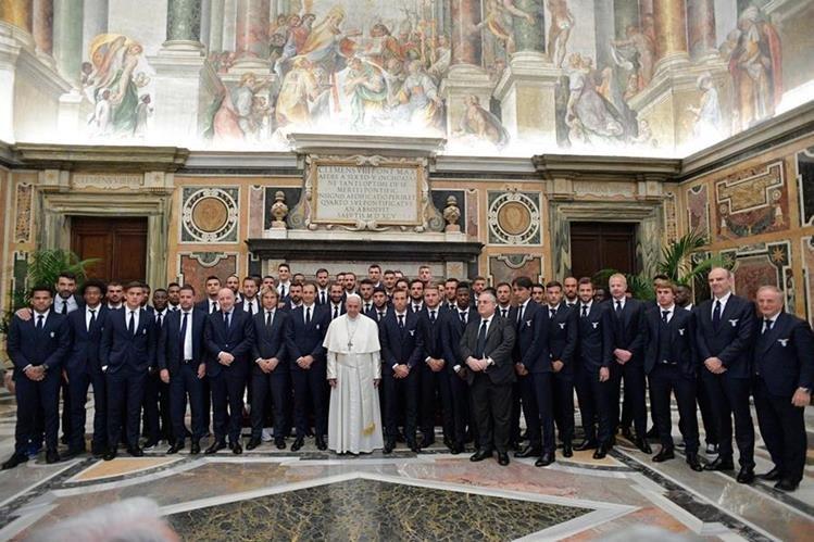 El papa Francisco compartió con los jugadores de ambos planteles. (Foto Prensa Libre: EFE)