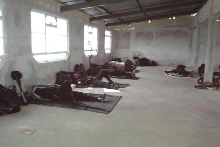 En colchonetas, sin viáticos ni alimentación, fueron envíados policías a la provincia. (Foto Prensa Libre: Alberto Brunori)