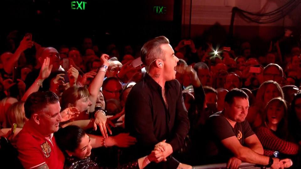 El cantante, durante el concierto. (Foto Prensa Libre, tomada de The Sun)
