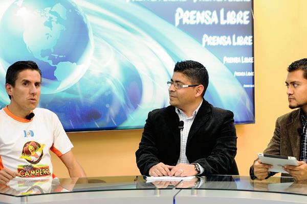 EL FONDISTA guatemalteco Luis Carlos Rivero —izquierda— responde a preguntas de los periodistas Fernando López —centro— y Jorge Ovalle, en el programa Tododeportes La Entrevista.