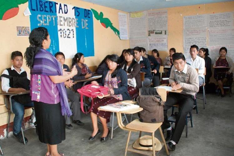 El 40 por ciento de la población del país es indígena y más de la mitad vive en el área rural, por lo que la educación en esas regiones se debe ofrecer en el idioma materno.