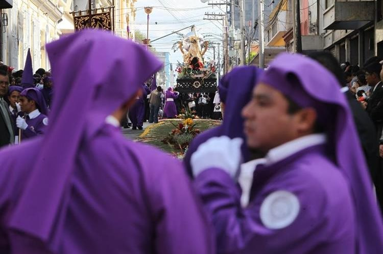 """El nombre de """"cucuruchos"""" quedó para los cargadores de las procesiones. (Foto: Hemeroteca PL)"""