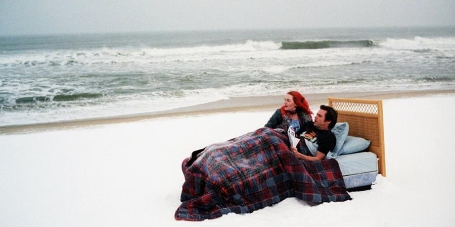 """Joel Barish (Jim Carrey) y Clementine Kruczynski (Kate Winslet), una relación que intentó """"olvidarse""""."""