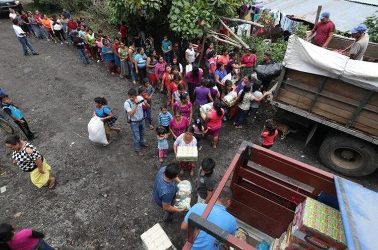La ayuda comienza a fluir a San Pedro Yepocapa. (Foto Prensa Libre: Esbin García)