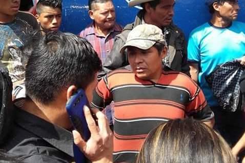 Nicolás Córdova Toma es retenido por pobladores y entregado a la PNC en Nebaj, Quiché. (Foto Prensa Libre: Óscar Figueroa)