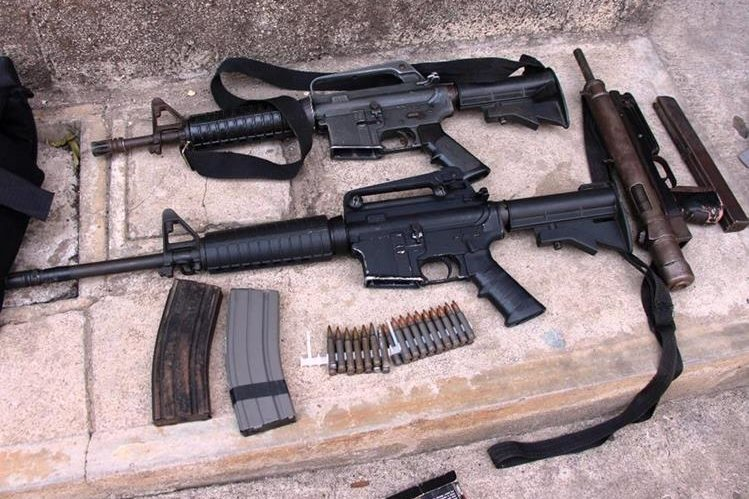 El 22 de marzo pasado, luego de varios ataques a policías, capturaron a 13 pandilleros a quienes les incautaron 10 armas de fuego de diferente calibre. (Foto Prensa Libre: Hemeroteca PL)