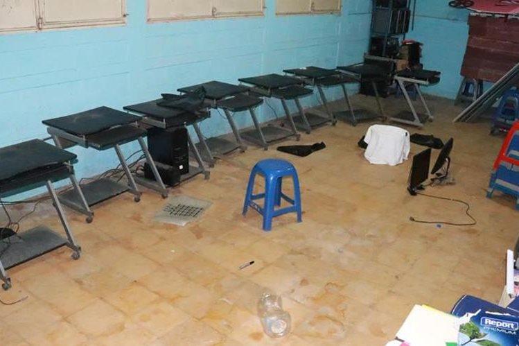 El laboratorio de computación del Ineb quedó vacío por la acción de los ladrones. (Foto Prensa Libre: Cristian Icó)