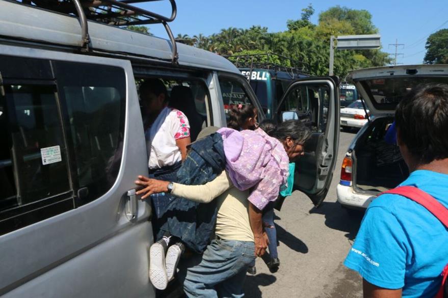Francisco logra encontrar un microbús que los lleve a su destino, en Retalhuleu. (Foto Prensa Libre: Rolando Miranda).