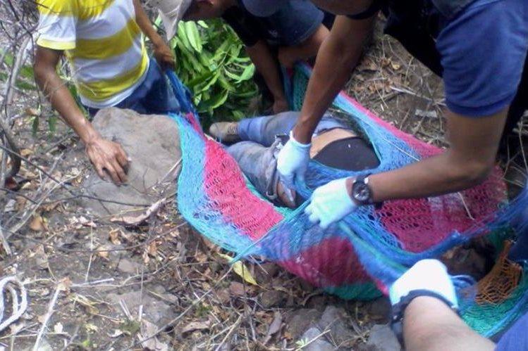 Socorristas rescatan cadáver de agente de la PNC hallado en barranco de San Jacinto, Chiquimula. (Foto Prensa Libre: Edwin Paxtor)