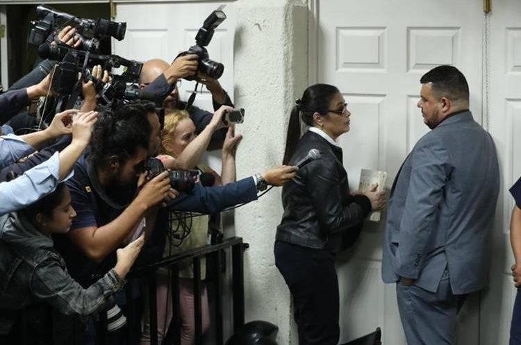 El tribunal dictó la sentencia de 15 años con 6 meses para Roxana Baldetti por fraude y asociaciones ilícitas. Baldettí intentó salir de la sala para no dar declaraciones a medios de comunicación.