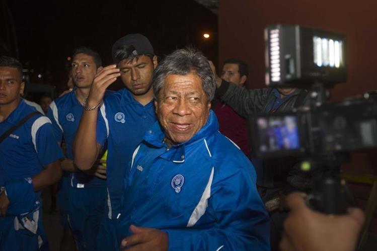 El técnico de la Selección de El Salvador, Ramón Maradiaga, atiende a los medios de comunicación, en su arribo a Guatemala. (Foto Prensa Libre: Norvin Mendoza)