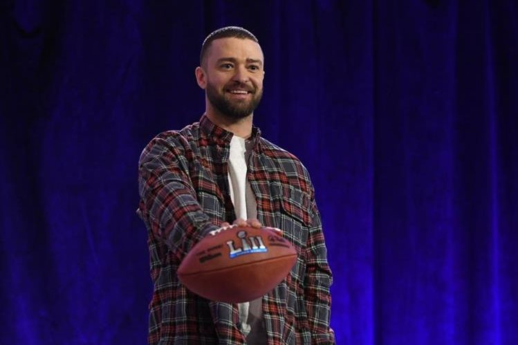 El cantante estadounidense Justin Timberlake sostiene un balón de futbol americano, durante la conferencia de prensa donde habló del espectáculo que presentará en el Super Bowl. (Foto Prensa Libre: AFP)