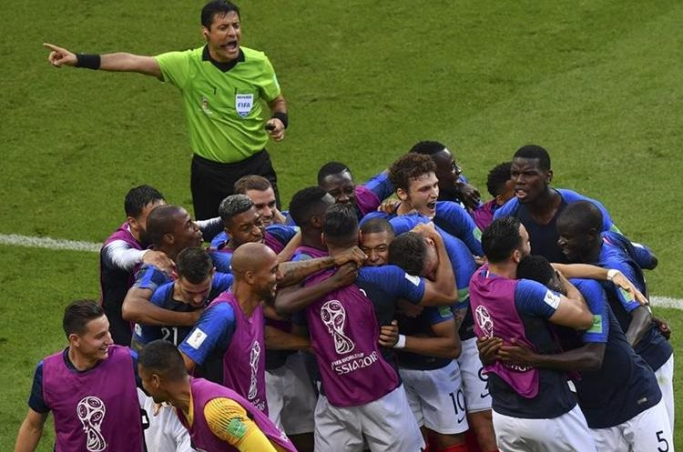 Los jugadores de la Selección de Francia festejan en el partido contra Argentina. (Foto Prensa Libre: AFP)