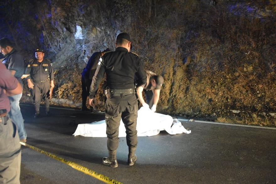 Investigadores recaban evidencias en el km 162 de la ruta entre Chiquimula y Zacapa, donde fue localizado el cadáver de un hombre. (Foto Prensa Libre: Víctor Gómez)