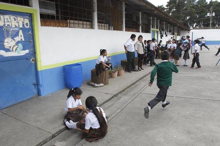 Estudiantes de la Escuela Nacional Urbana 101 de la colonia Primero de Julio, zona 5 de Mixco. (Foto Prensa Libre: Paulo Raquec)