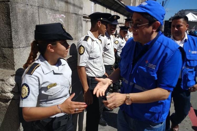 Miembros de la Procuraduría de los Derechos Humanos saludan a los agentes de la PNC.