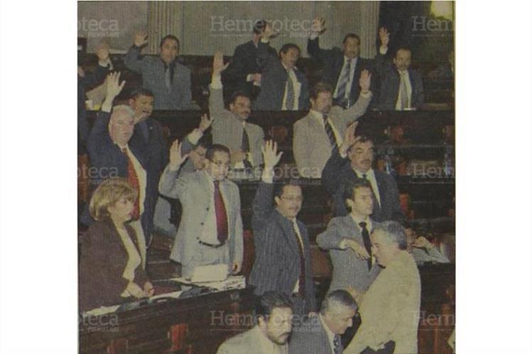 Acalorada sesión del Congreso para aprobar el Presupuesto de 2006. (Foto: Hemeroteca PL)