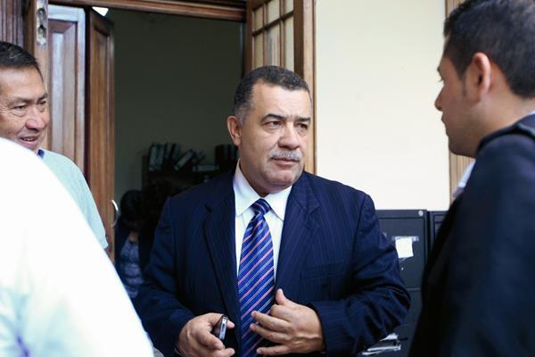 El exrector de la Usac, Estuardo Gálvez al salir del Registro de Ciudadanos del TSE, donde ofreció apoyo para capacitaciones. (Foto Prensa Libre: Edwin Bercián).