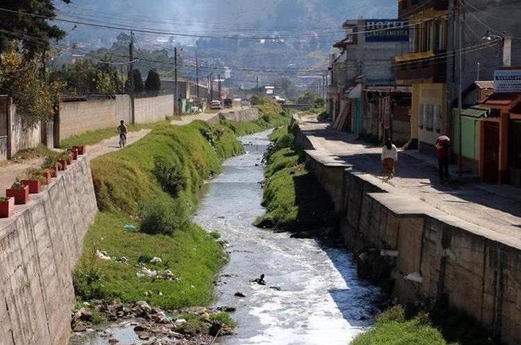 El rió Seco es uno de los recursos naturales dañados por la falta de tratamiento de las aguas residuales de Xela. (Foto Prensa Libre: María Longo)