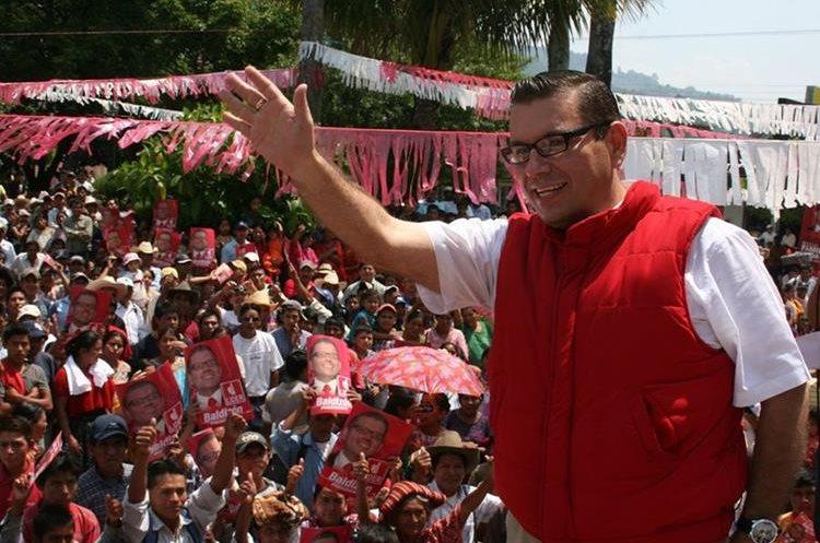 Manuel Baldizón durante una visita que hizo a San Cristóbal Verapaz, Alta Verapaz, en 2011. Portaba un chaleco antibalas. (Foto Prensa Libre: HemerotecaPL)
