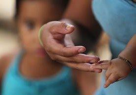 Yasmin a sus 16 años es madre de dos niños. Vive en condiciones precarias y sin acceso a educación desde que quedó embarazada a sus 14 años. (Foto Prensa Libre: Érick Ávila)