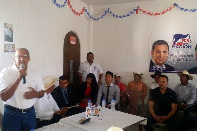 Catarino García, alcalde reelecto de Canillá, Quiché, oficializa su apoyo al presidenciable Jimmy Morales para la segunda vuelta electoral. (Foto Prensa Libre: Óscar González).