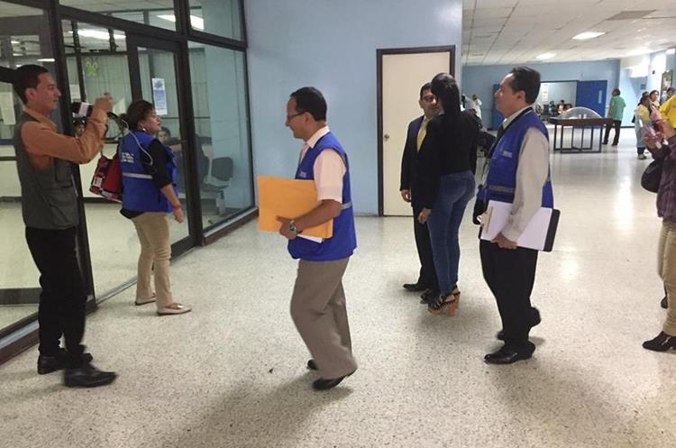 Personal de la PDH verifica precariedades en Hospital General San Juan de Dios. (Foto Prensa Libre: Eduardo González)