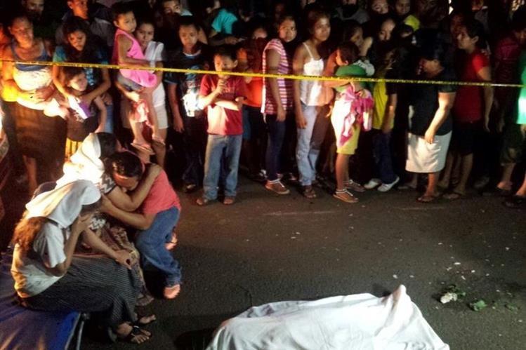 Familiares lloran muerte de niña de 7 años, quien fue arrollada en San Andrés Villa Seca. (Foto Prensa Libre: Jorge Tizol)