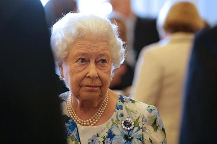 El insólito comentario de la soberana se produjo durante una conversación con una oficial de la policía londinense. (Foto Prensa Libre: AFP).