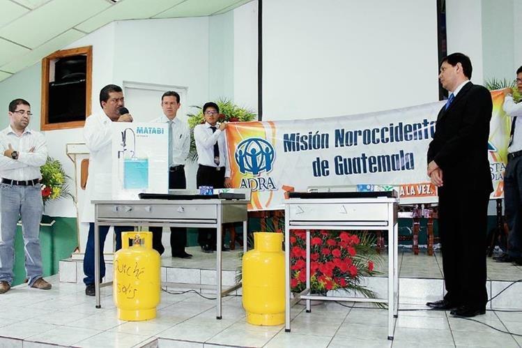 El director del Hospital Regional de Santa Cruz del Quiché, Salomón Delgado (izq), agradece la donación de dos estufas por parte de la iglesia Adventista del Séptimo Día. (Foto Prensa Libre: Óscar Figueroa)
