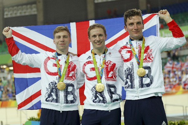El equipo de Gran Bretaña luce orgulloso su medalla de oro en ciclismo de pista. (Foto Prensa Libre: AP)