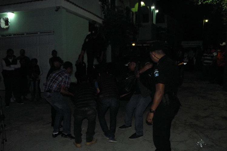 Agentes de la PNC recaban evidencias luego de ataque donde murió un hombre, en Sanarate, El Progreso. (Foto Prensa Libre: Hugo Oliva)