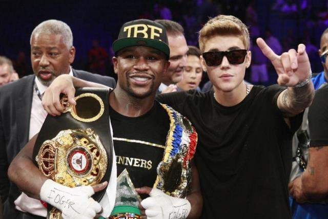 El boxeador Mayweather y Bieber son amigos desde hace años e incluso el cantante lo ha acompañado en varias peleas. (Foto Prensa Libre:assets.diario)
