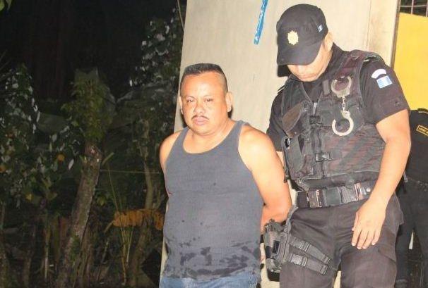 Walter Alexánder Barrera Paiz es aprehendido en Puerto Barrios, luego de haber sido sorprendido cuando lanzaba piedras a una cisterna de combustible. (Foto Prensa Libre: PNC)