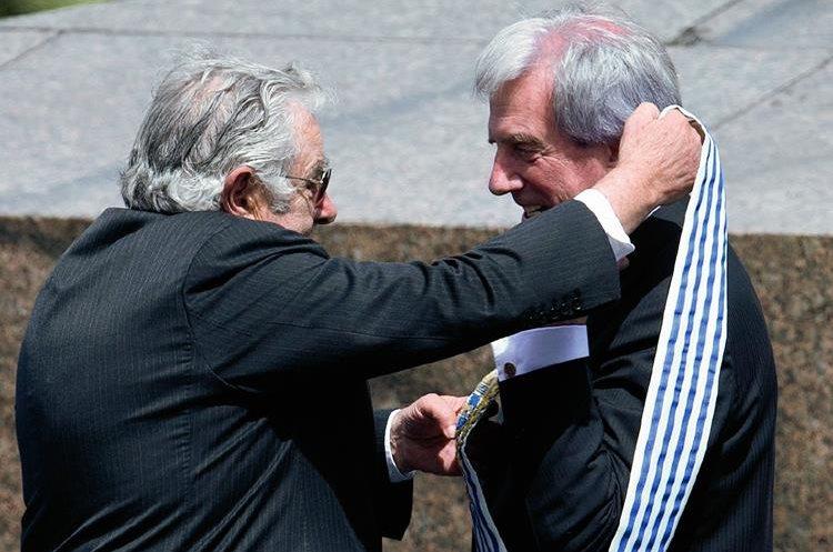 El nuevo presidente de Uruguay, Tabaré Vásquez —derecha— recibe del presidente saliente José Mujica la banda presidencial en una ceremonia celebrada en la Plaza de la Independencia en Montevideo.
