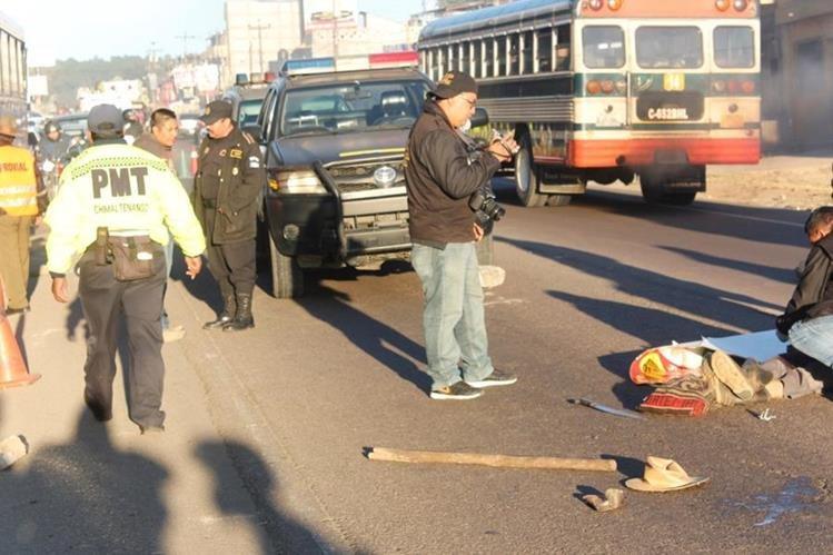 El cadáver de Bonifacio Oj Tepeu quedó en la cinta asfáltica, en Chimaltenango. (Foto Prensa Libre: Víctor Chamalé).